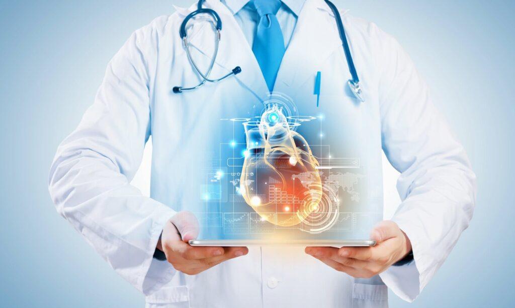 lekarz trzymający w rękach tablet z wizualizacją serca