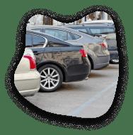 kilka samochodów zaparkowanych przodem na miejscach parkingowych