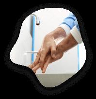 osoba myjąca dokładnie dłonie