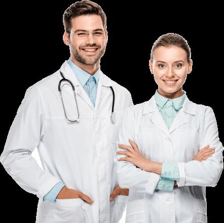 doświadczony zespół lekarzy, uśmiechnięta kobieta i mężczyzna
