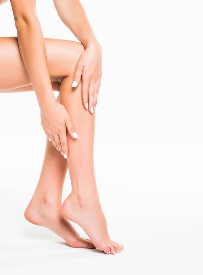 zgrabne nogi młodej kobiety